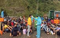 Hàng ngàn người rồng rắn đổ về cửa khẩu quốc tế Cầu Treo để được nhập cảnh về quê
