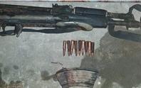 """Vác súng AK đi """"xử"""" đối thủ, súng cướp cò khiến bạn đi cùng trúng đạn bị thương"""
