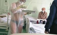 Nữ y tá Nga mặc bikini bên trong đồ bảo hộ