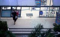 TP HCM: Hoảng loạn tháo chạy vì tảng kính trong khuôn viên chung cư sập