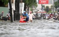 TP HCM: Đường Nguyễn Hữu Cảnh ngập kinh hãi, sóng cuồn cuộn