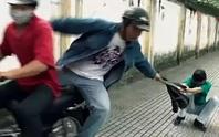 Video: 2 tên cướp xịt hơi cay, đâm người dân bị thương ở quận 2