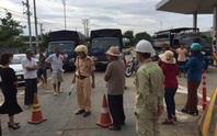 Người dân vây trạm thu phí BOT, ngăn không cho xe qua lại