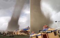Hãi hùng bầu trời đen kịt, lốc xoáy khổng lồ phá tan khu nghỉ dưỡng Trung Quốc