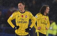 """Arsenal cắt giảm 55 nhân viên, CĐV """"hỏi tội"""" ngôi sao Mesut Ozil"""