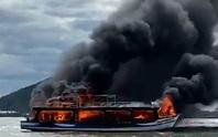 Tàu du lịch của doanh nghiệp ở Phú Quốc cháy kinh hoàng trên đường ra đảo Hải Tặc
