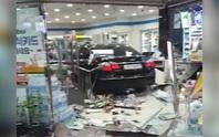 Mâu thuẫn với chủ cửa hàng, lái xe tông tan tành cửa tiệm