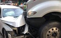 Xe container tông hàng loạt xe máy và ôtô trên đường 3 tháng 2, quận 10