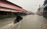 Chợ Thủ Đức bị nước cô lập sau 10 phút xảy ra mưa