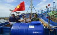 Trao cờ Tổ quốc cho ngư dân tại huyện Xuyên Mộc