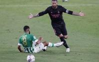 Trung vệ thép Ramos lập công, Real Madrid thoát hiểm trên sân Betis