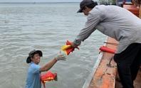 Xúc động cảnh ngư dân Cần Giờ lội biển nhận cờ Tổ quốc