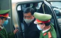 Ông Đinh La Thăng đeo khẩu trang, đến tòa bằng xe đặc chủng