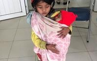 Xúc động hình ảnh chị 7 tuổi địu em 5 tháng tuổi đi tiêm phòng