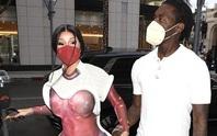 Nữ rapper Cardi B gây sốc với trang phục độc lạ trên phố