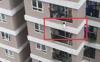 Nam thanh niên đỡ bé gái 2 tuổi rơi từ lan can tầng 12A chung cư