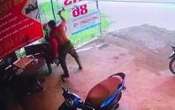 Đang ngồi chơi cờ, người đàn ông bất ngờ bị đập búa vào đầu tử vong