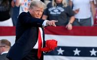 Tổng thống Biden lắc đầu, bão nổi lên phía ông Trump