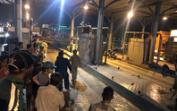 Tai nạn thương tâm, người chạy xe máy văng thẳng vào cabin trạm thu phí cầu Đồng Nai