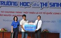 Báo Người Lao Động trao tặng ngư dân Bình Thuận 2.000 lá cờ Tổ quốc