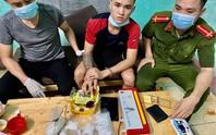 Kẻ buôn ma túy từ trong boong-ke thả chó dữ cắn 2 cảnh sát bị thương