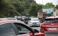 Clip: Đoàn xe du khách nghỉ lễ ùn ùn nối đuôi qua đèo Bảo Lộc