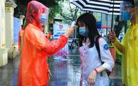 Thí sinh ướt áo vì mưa lớn, giáo viên nhắn bố mẹ mang quần áo đến điểm thi
