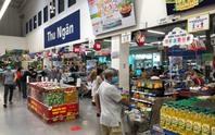 Chợ, siêu thị đầy hàng; người dân đi mua sắm có trật tự