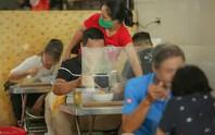 CLIP: Hàng quán Hà Nội tấp nập đón khách trở lại, chủ quán mừng ra mặt