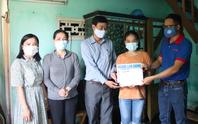 Báo Người Lao Động trao 40,88 triệu đồng cho cô học trò nghèo ở Quảng Nam