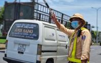 Ùn tắc ở chốt kiểm soát dịch TP Đà Nẵng, CSGT  phơi nắng phân luồng