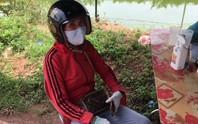 Người phụ nữ liên tục lăng mạ, dùng gạch tấn công cán bộ phòng dịch Covid-19