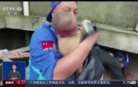 Trung Quốc: Người mẹ chết cứng khi cứu con khỏi sạt lở