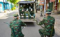Phóng sự ảnh: Người dân TP HCM bất ngờ thấy bộ đội dùng xe đạp thồ lương thực trên phố