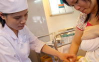 Hà Nội: Tiêm vắc-xin Quinvaxem cho hàng ngàn trẻ