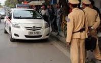Taxi hãng CP Group tông công an phường lên nắp capo