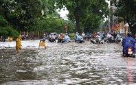 Dân Hà Nội kẹt cứng vì mưa ngập