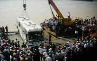 Vụ xe khách bị cuốn trôi: Còn 6 nạn nhân mất tích
