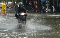 Hà Nội mưa giữa trưa, ngập gần nửa mét