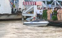 Tài xế xe công an lao xuống sông vẫn bấn loạn