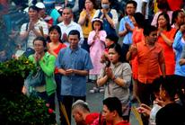 Dòng người vẫn đổ về chùa Vĩnh Nghiêm chiều mùng 1 Tết