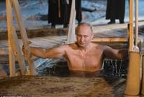 Ông Putin cởi trần, ngâm mình trong hồ nước băng giá