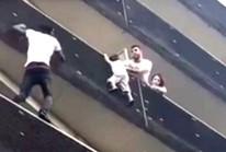 """""""Người Nhện"""" châu Phi tay không leo 4 tầng cứu bé trai trong 1 phút"""