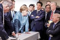 """Khi ông Trump """"thảy kẹo"""" cho bà Merkel"""