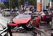 Vừa thuê siêu xe Ferrari đã va vào BMW tan nát