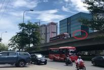 Xe máy vào đường cấm, ép xe khách phải lùi ở đường trên cao