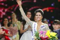 Hoa hậu Hoàn vũ H'Hen Niê muốn thăm quê bằng xe máy cày