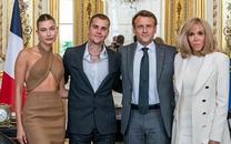 Vợ chồng Justin Bieber gây sốc lúc diện kiến Tổng thống Pháp