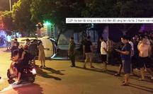 CLIP: Xe bán tải tông xe máy chờ đèn đỏ văng lên vỉa hè, 2 thanh niên thương vong