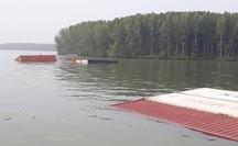 TP HCM: Tàu chở hàng trăm container chìm trên biển Cần Giờ